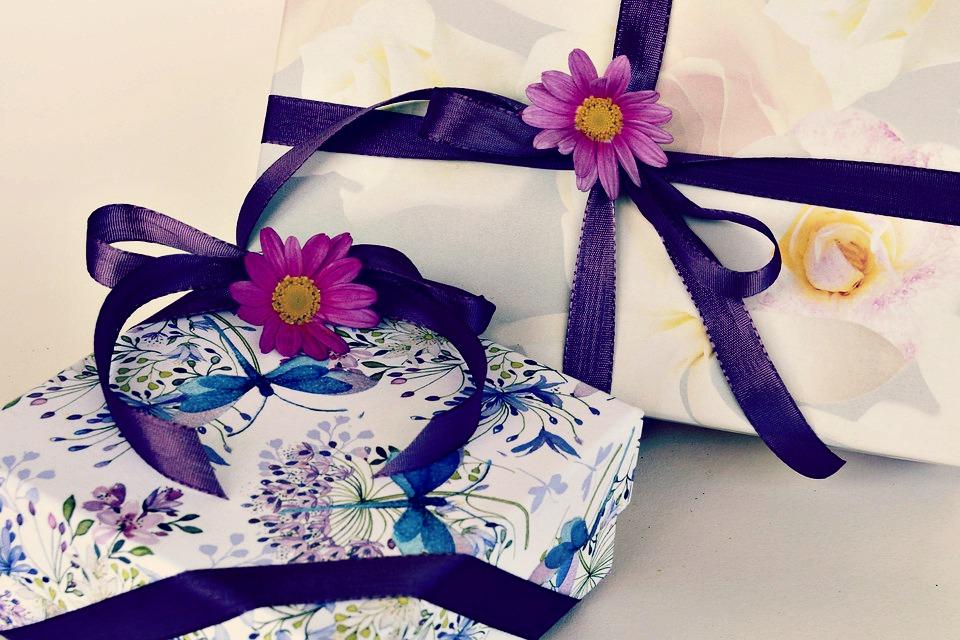 Uni, coloré ou imprimé, réalisez de jolis emballages en papier de soie
